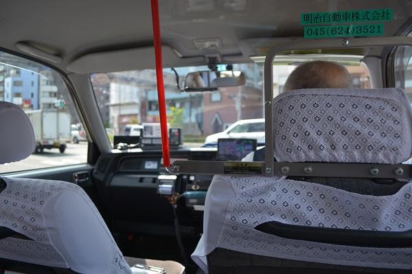 Иностранцы на работе в такси в Японии