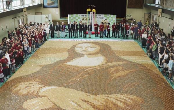 Гигантскую копию Моны Лизы создали из 24 000 сэмбэй в Сайтаме
